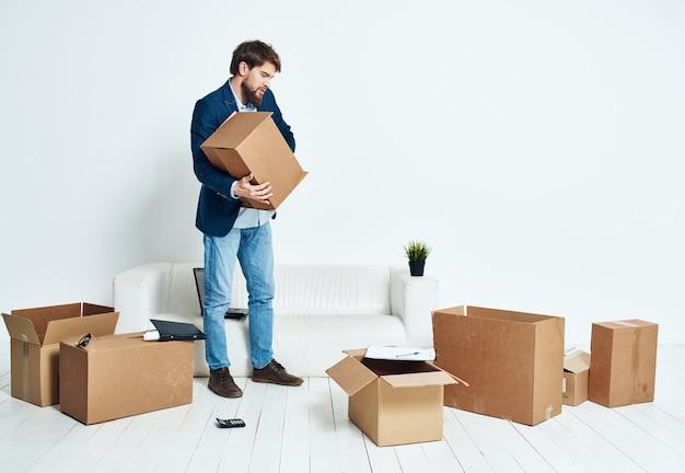 Mężczyzna z pudełkiem w jego rękach zwolnienie biznesmena opakowań professional