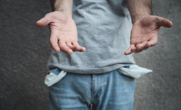 Mężczyzna z pustymi kieszeniami. kryzys finansowy