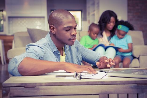 Mężczyzna z rachunkami i kalkulatorem