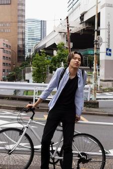 Mężczyzna z rowerem w mieście