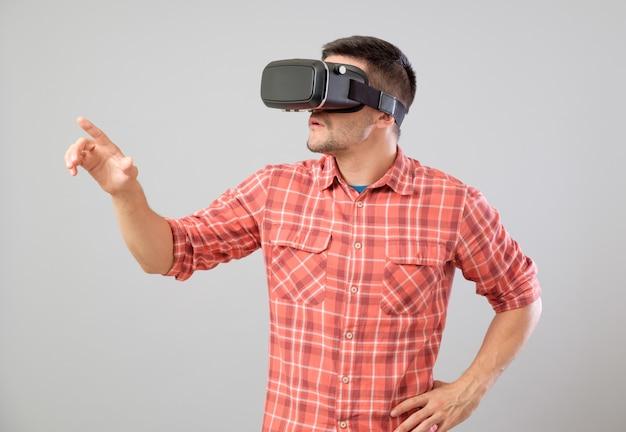 Mężczyzna z rzeczywistość wirtualna szkłami pokazuje gest