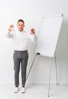 Mężczyzna z tablicą pokazującą kciuk w dół
