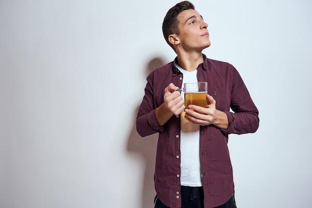 Mężczyzna z tacą fast foodów: hamburger i frytki, piwo