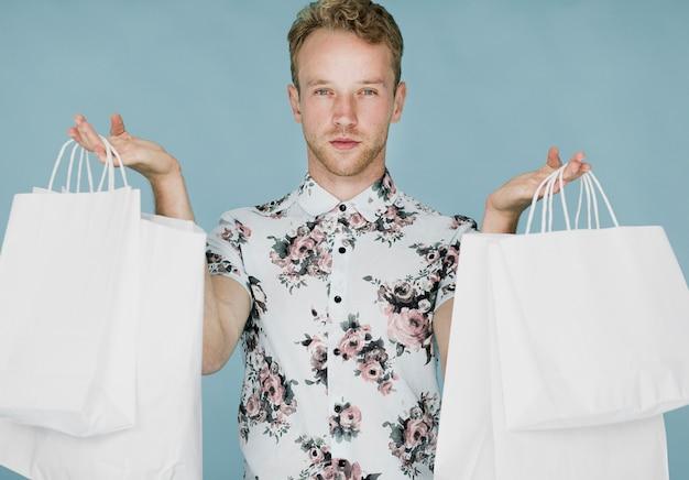 Mężczyzna z torba na zakupy na błękitnym tle