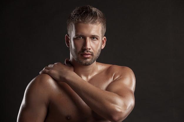 Mężczyzna z umięśnionym ciałem portret