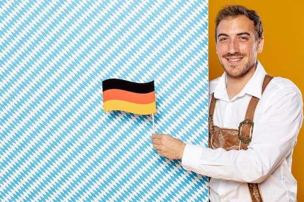 Mężczyzna z wzorzystym błękita znakiem, flaga i