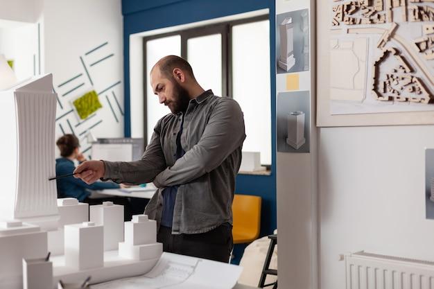 Mężczyzna z zawodem architekta w miejscu pracy
