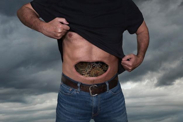 Mężczyzna z zębatkami w brzuchu
