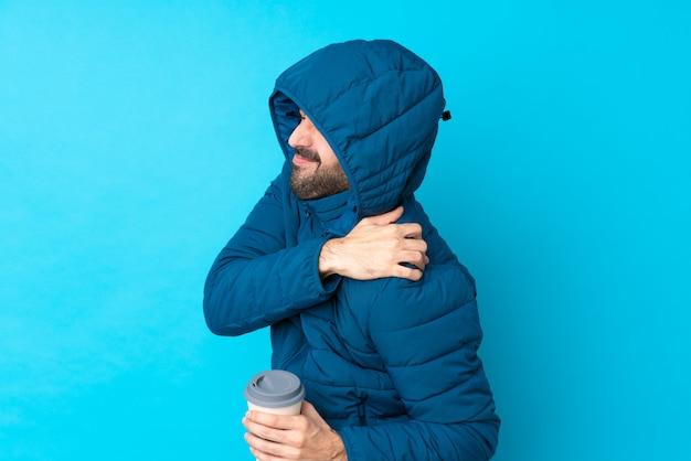Mężczyzna z zima żakietem nad odosobnioną ścianą