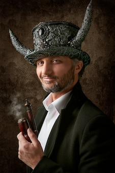 Mężczyzna z złym kapeluszowym mienia dymienia drymbą