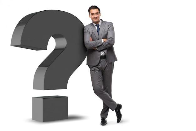 Mężczyzna z znakiem zapytania odizolowywającym na bielu
