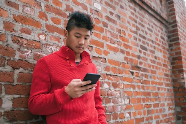 Mężczyzna za pomocą swojego telefonu komórkowego.
