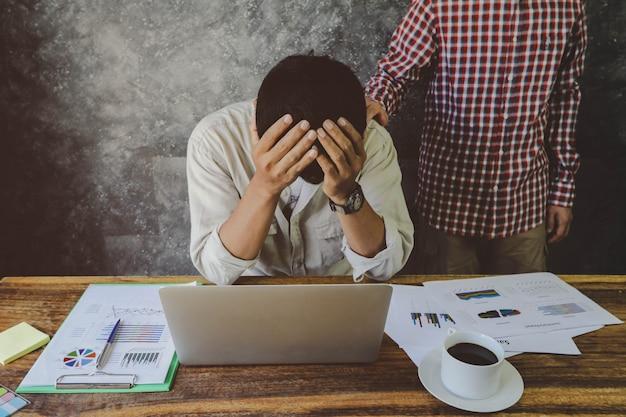 Mężczyzna zachęca swojego depresyjnego przyjaciela, który próbował po pracy. problem biznesowy, finansowy i inwestycyjny