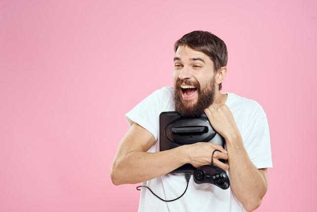 Mężczyzna zadowolony ze swojej nowej konsoli do gier wideo