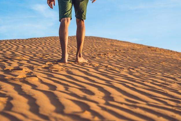 Mężczyzna zagubiony na czerwonej pustyni w wietnamie, mui ne