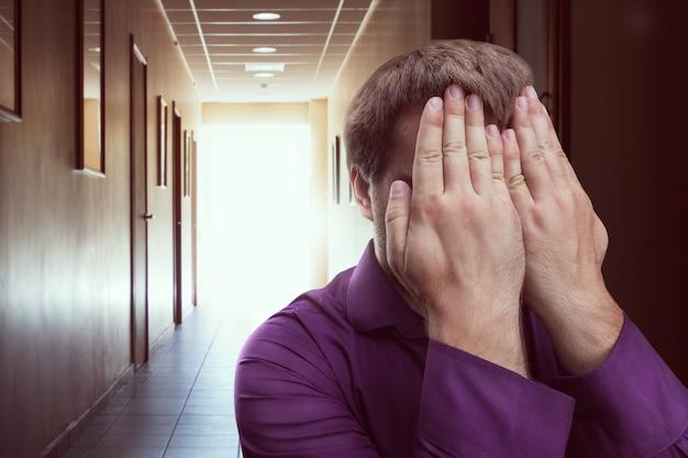 Mężczyzna zakrył twarz rękami