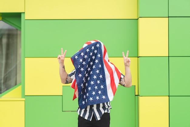 Mężczyzna zakrywa twarz flagą usa