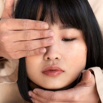 Mężczyzna zakrywający oczy kobiety