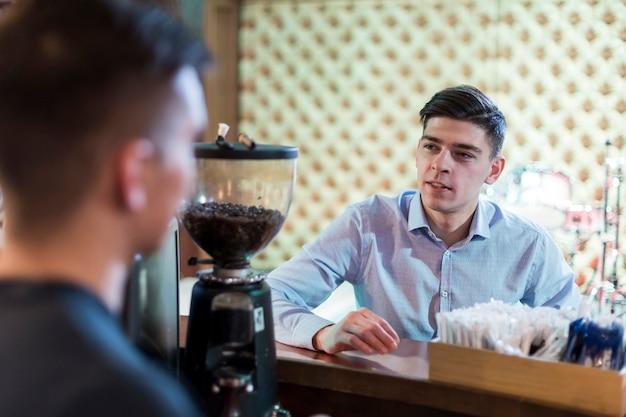 Mężczyzna zamawia kawę w kawiarni