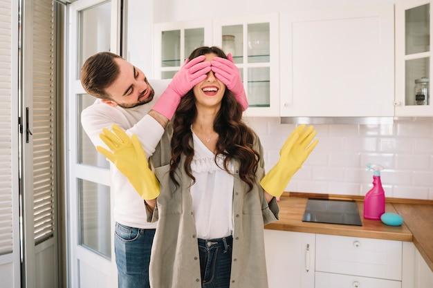 Mężczyzna zamyka oczy kobieta podczas gdy czyścić