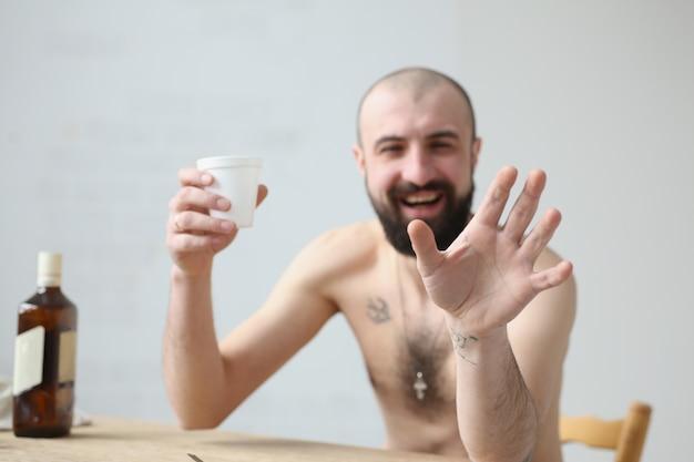 Mężczyzna zaprasza ze sobą napój alkoholowy.
