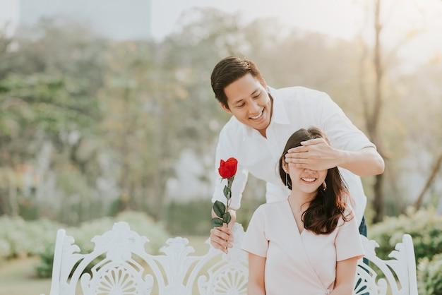 Mężczyzna zaskakiwał jego dziewczyny z kwiatem