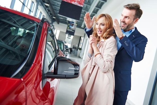 Mężczyzna zaskakująca kobieta z nowym samochodem