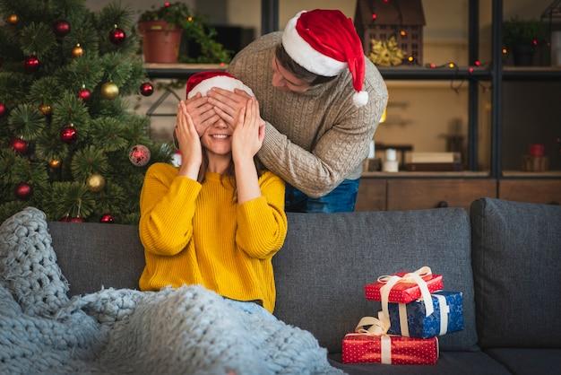 Mężczyzna zaskakująca kobieta z prezentami