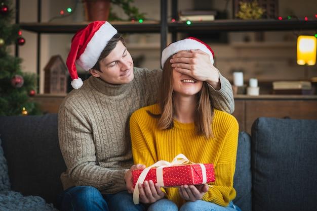 Mężczyzna zaskakująca kobieta z prezentem