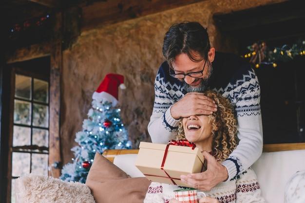 Mężczyzna zaskakuje jej kobietę prezentem świątecznym w domu podczas wakacji
