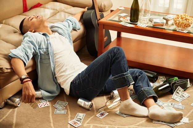 Mężczyzna zasnął na imprezie domowej