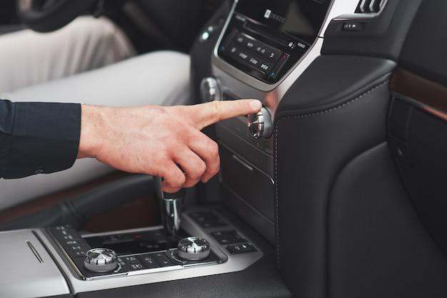 Mężczyzna zawiera system audio w samochodzie.