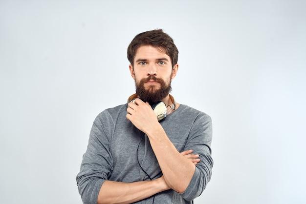Mężczyzna ze słuchawkami na szaro