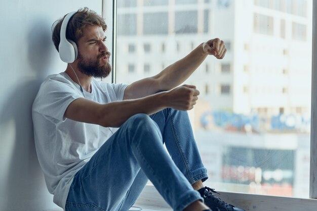 Mężczyzna ze słuchawkami słucha technologii muzycznych