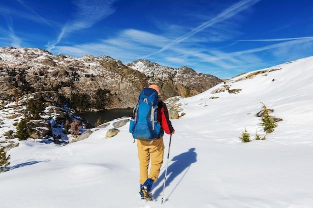 Mężczyzna ze sprzętem turystycznym spacerujący w górach sierra nevada, kalifornia, usa