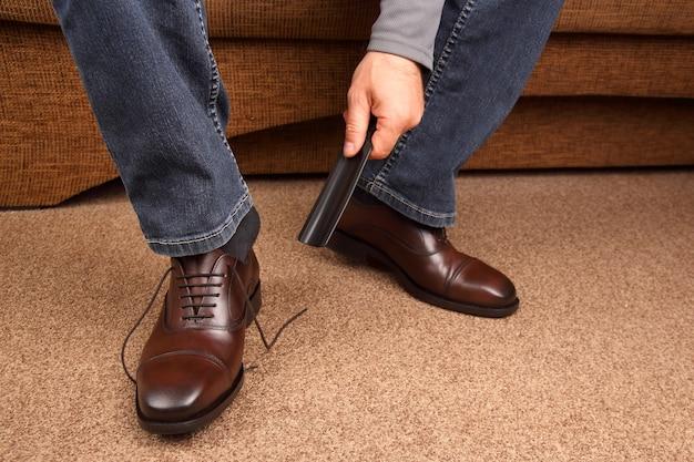 Mężczyzna ze szpatułką buty klasyczne brązowe buty