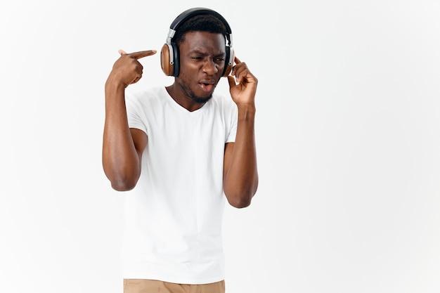 Mężczyzna ze zdziwionym wyrazem twarzy w słuchawkach słucha muzyki