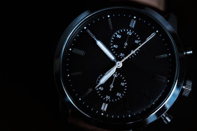 Mężczyzna zegarek na czarnym tle