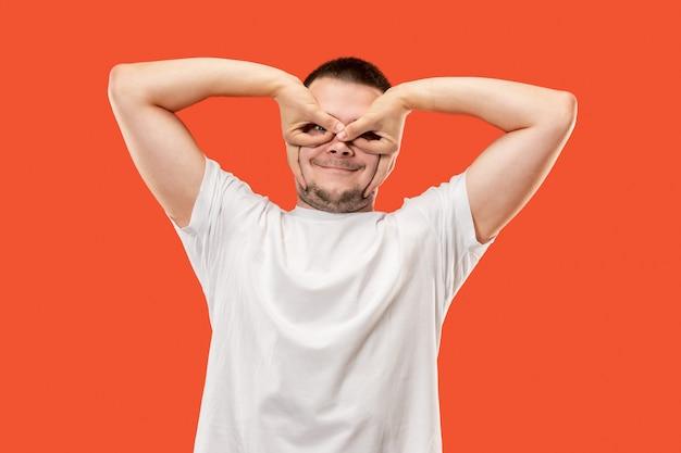 Mężczyzna zezujący z dziwnym wyrazem twarzy
