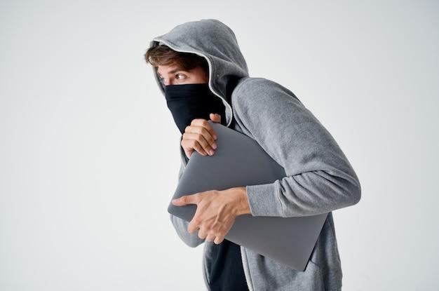 Mężczyzna złodziej, sklep z tajną penetracją, kradzież, bully, haker