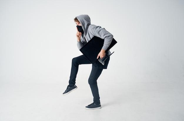 Mężczyzna złodziej technika stealth rabunek bezpieczeństwa chuligan jasne tło