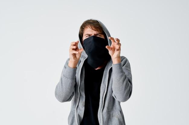 Mężczyzna złodziej ukrywa swoją twarz gangstera hakera przestępczego