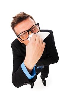 Mężczyzna zmaga się z przeziębieniem