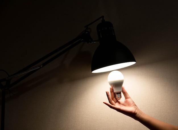 Mężczyzna zmienia lampkę do czytania