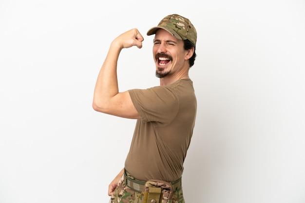 Mężczyzna żołnierz na białym tle robi silny gest