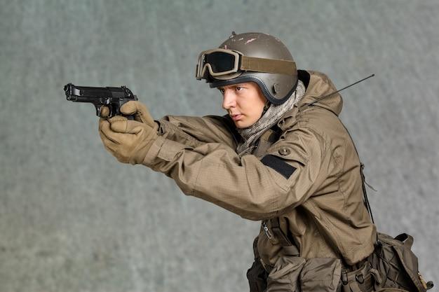 Mężczyzna żołnierz trzyma pistolet