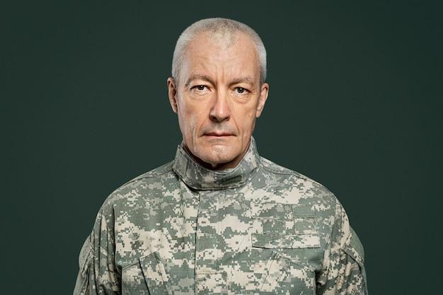 Mężczyzna żołnierz w jednolitym portrecie