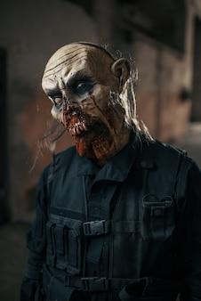 Mężczyzna zombie spaceru w opuszczonej fabryce
