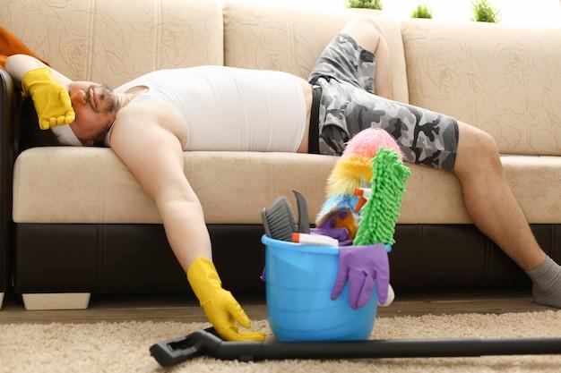 Mężczyzna został sam w domu zmęczony sprzątaniem i zasnął