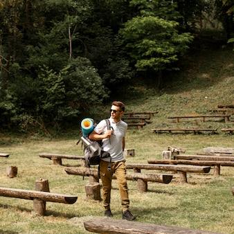 Mężczyzna zwiedza obszar z ławkami